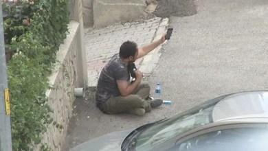 Photo of تركيا : الشرطة تحاول إقناع رجل بالعدول عن الانتحار في أحد شوارع أنقرة