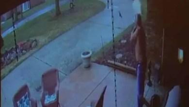 صورة رجل أمريكي يطلق النار على فتى يبحث عن مدرسته ! ( فيديو )