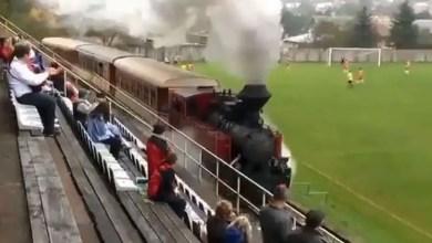 """صورة في سلوفاكيا .. """" قطار """" يمر من داخل ملعب خلال مباراة لكرة القدم ! ( فيديو )"""