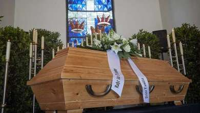 Photo of الأرجنتين : أصوات من داخل تابوت توقف مراسم الدفن ! ( فيديو )