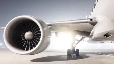 صورة لحظة مرعبة لاشتعال محرك طائرة في منتصف الرحلة ( فيديو )