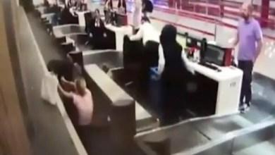 Photo of في مطار إسطنبول .. امرأة تحاول صعود الطائرة عبر حزام الأمتعة ! ( فيديو )
