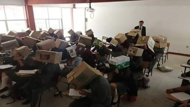 "Photo of معلم مكسيكي يغطي رؤوس طلابه بـ "" صناديق كرتونية "" لمنع الغش بالامتحان !"