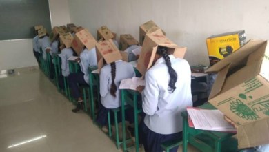 "Photo of مدرسة هندية تلزم الطلاب بوضع "" صناديق "" على رؤوسهم لمنع الغش خلال الامتحانات !"