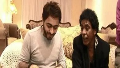 Photo of تامر حسني : محمد منير الوحيد الذي وقف بجانبي منذ طفولتي ( فيديو )