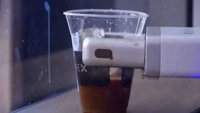 Photo of روبوت يعد القهوة لمسافري مطار كاليفورنيا ( فيديو )