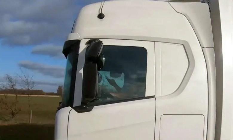 Photo of ألمانيا : الشرطة تضبط سائقاً يقود شاحنته و هو يشاهد فيلماً إباحياً !