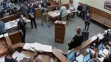 Photo of أمريكا : رجل يدخن المخدرات في المحكمة أثناء اتهامه بحيازة الماريغوانا !