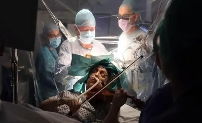 """نتيجة بحث الصور عن """"إيقاظ"""" مريضة أثناء جراحة خطيرة في دماغها لتعزف على الكمان"""
