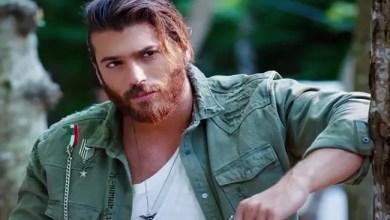 صورة الممثل التركي جان يمان يعتدي بالضرب على معجبة أرادت التقاط صورة معه