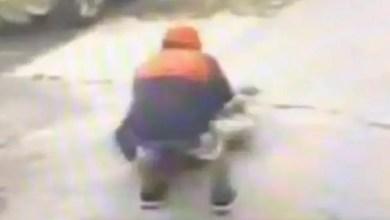 Photo of في وضح النهار .. أمريكا : لص يسحل مسناً و يسرق حقيبته ( فيديو )