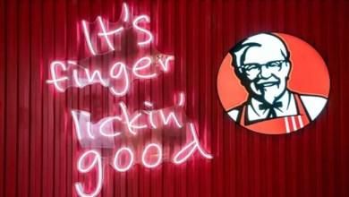 """صورة مطاعم """" كنتاكي """" تعلق استخدام شعارها الشهير و تعتبره غير لائق في ظل كورونا"""
