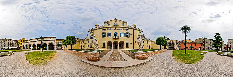 vor dem Rathaus (Municipale) in Caprino Veronese