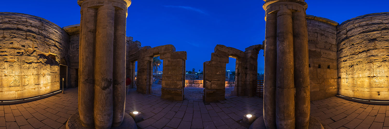 360°-Panorama in einer Seitenkammer mit Darstellungen der Göttlichen Geburt des Königs im Luxor-Tempel in Ägypten