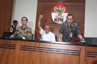 Ketua Komisi Pemberantasan Korupsi (KPK) Agus Rahardjo (tengah) didampingi Juru Bicara KPK Febri Diansyah (kiri) dan Wakil Ketua KPK Saut Situmorang (kanan) saat menggelar konferensi pers di gedung KPK, Jalan HR Rasuna Said, Jakarta Selatan, Senin (17/7). KPK menetapkan Saudara SN, anggota DPR periode 2009-2014, sebagai tersangka terbaru kasus e-KTP. Penetapan ini dilakukan setelah KPK mencermati persidangan kasus ini dengan terdakwa Sugiharto dan Irman. AKTUAL/Tino Oktaviano