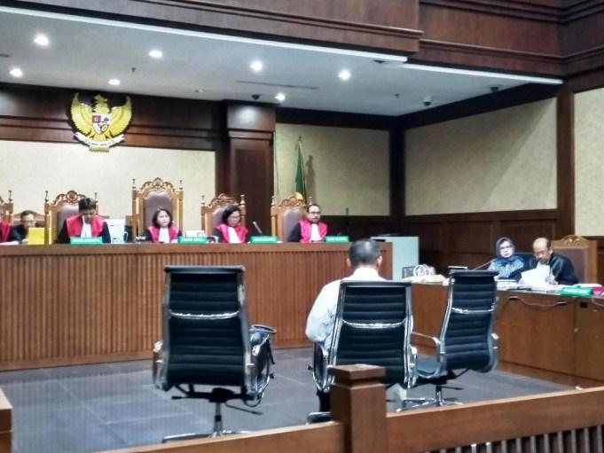 Guru Besar Hukum Pidana Korupsi, Fakultas Hukum Universitas Airlangga, Prof. Nur Basuki Minarno saat menjadi Saksi Ahli dalam persidangan ke-15 dengan Tersangka Mantan Dirut Pertamina, Karen Agustiawan, di Pengadilan Tipikor Jakarta, Jumat (10/5/2019).