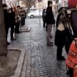 Protest extraordinar al sibienilor in fata sediului PSD, luni la pranz. Zeci de oameni stau aliniati in tacere in fata cladirii si ii filmeaza. Cum au reactionat pesedistii – Video