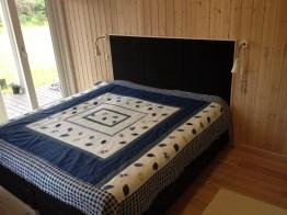 Tekstilkledd lydabsorbent som sengegavl