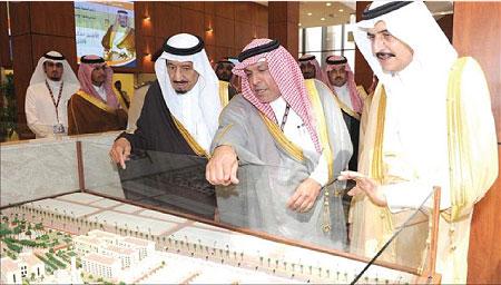الدكتور عيسى حسن الأنصاري  مدير جامعة الأمير محمد بن فهد