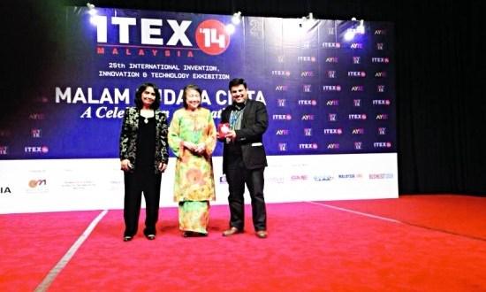 المخترع االسعودي عادل الأنصاري على الميدالية الذهبية بمعرض الايتيكس 2014 بماليزيا