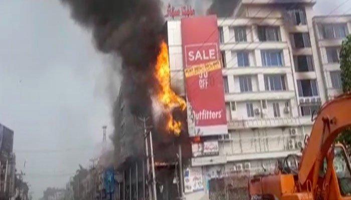 گجرات کے شاپنگ سینٹر میں آگ لگنے سے لڑکی جاں بحق ہو گئی