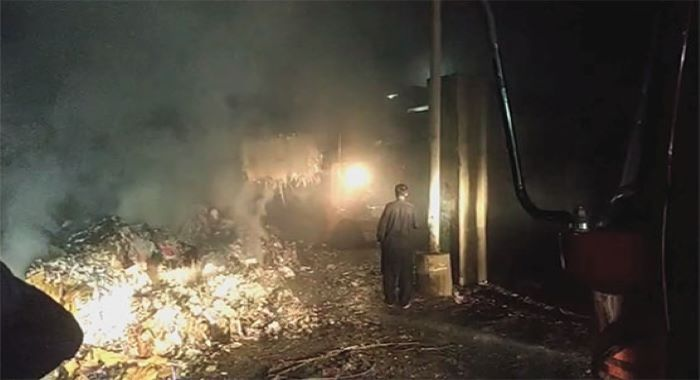 کراچی: گودام میں آتشزدگی سے لاکھوں روپے کا اسکریپ اور گتہ جل گیا