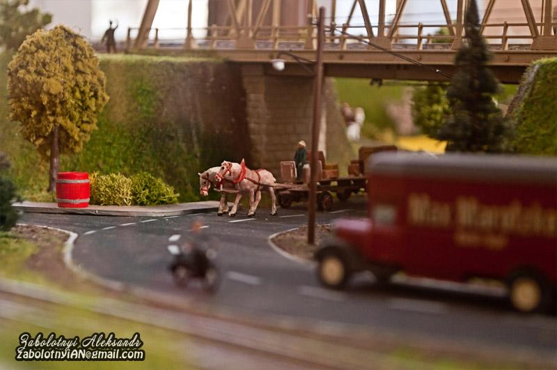 предметна фотографія макету міста, макет коня, макет автобуса, макет мотоцикліста