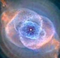 Gambar  nebula Mata Kucing dalam skema warna lain. Dalam hal ini lebih biru  untuk menunjukkan pendaran atom oksigen