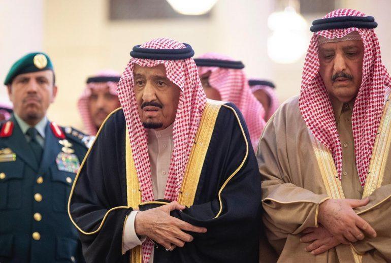 خادم الحرمين يؤدي صلاة الميت على الأمير بندر بن محمد