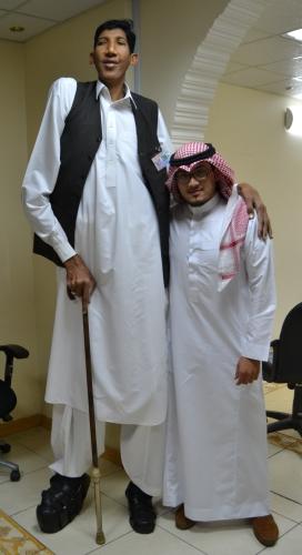 أطول رجل في العالم لـ المدينة أعيش العزوبية لعدم