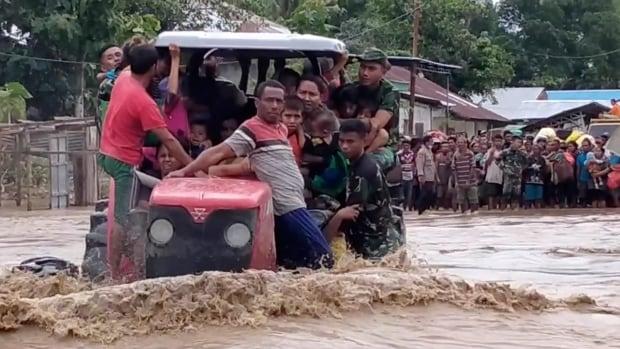 تبطئ الفيضانات والأمطار الغزيرة جهود الإنقاذ بينما يضرب الإعصار المميت جنوب شرق آسيا