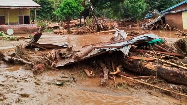 قتلت الانهيارات الأرضية والفيضانات 44 شخصًا على الأقل في إندونيسيا ، وشردت الآلاف