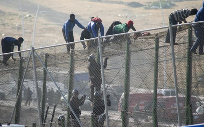 إحباط محاولة جديدة لـ 100 مهاجر إفريقي اقتحام سبتة المحتلة