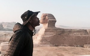 """""""ويل سميث"""" يختتم زيارته لمصر بقبلة لتمثال أبي الهول """""""