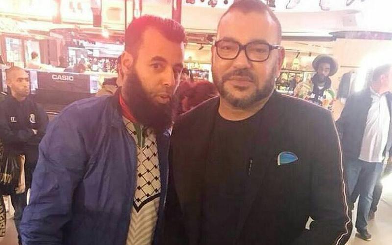 صور الملك مع مغاربة بباريس تثير إعجاب نشطاء الفيسبوك