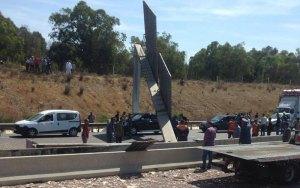 شاحنة تسبب في اقتلاع مركز لأداء طريق السيار