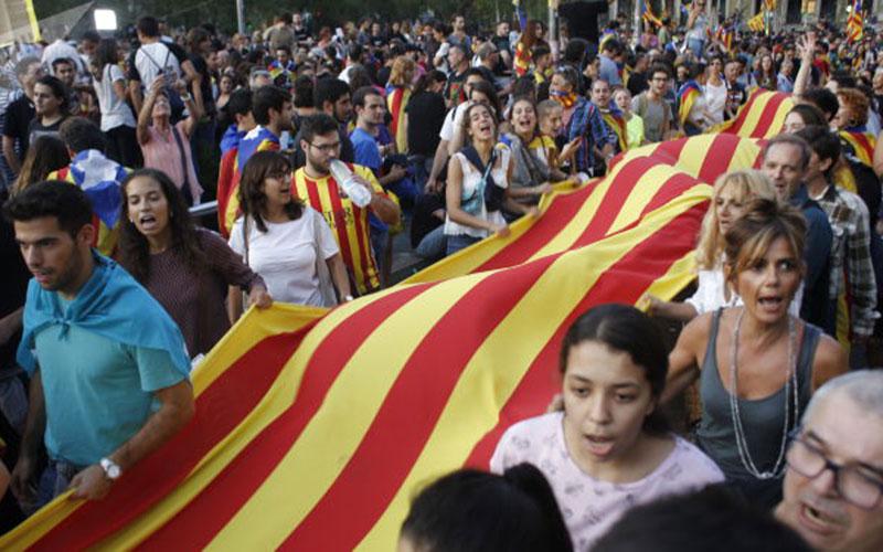 آلاف المتظاهرين يحتجون ضد استقلال كاتالونيا