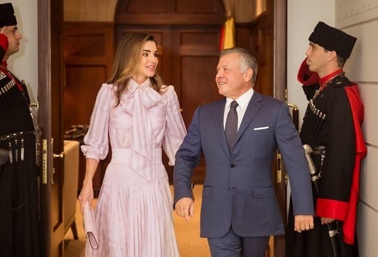 ملابس الملكة تثير الجدل.. والأردن توضح: أزياء مُعارة أو مهداة وبأسعار مُخفّضة
