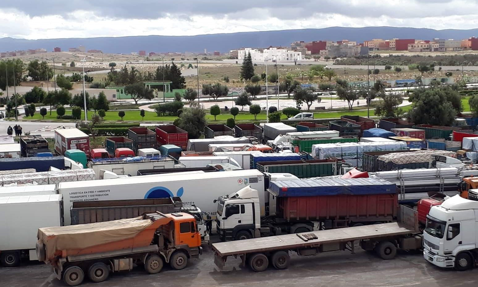 احتجاجا على تماطل وزارة النقل.. أرباب الشاحنات يخوضون اضرابا وطنيا