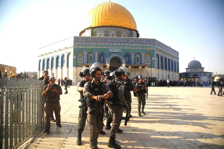 جنود إسرائيل يقتحمون المسجد الأقصى ويمنعون اعتكاف الفلسطينيين