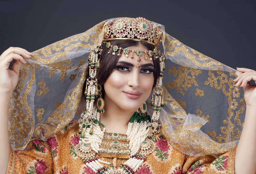 بسبب نزعها الحجاب. أمينة كرم تثير الغضب لسبها منتقداتها