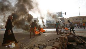 السودان.. قتلى وجرحى في فض اعتصام أمام مقر قيادة الجيش في الخرطوم