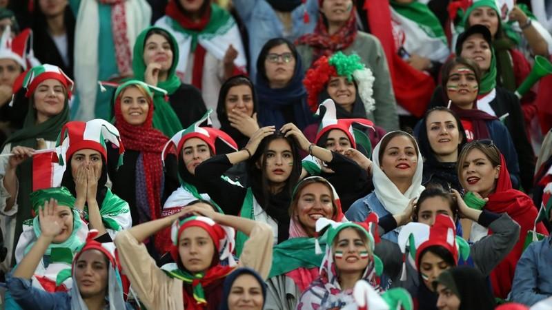 بالصور.. يوم تاريخي. هكذا عاشت حسناوات إيران أول مباراة مشجعات بالمدرجات