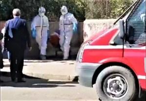 شاهد لحظة إخراج المصابة الثانية بفيروس كورونا من منزلها في الدار البيضاء