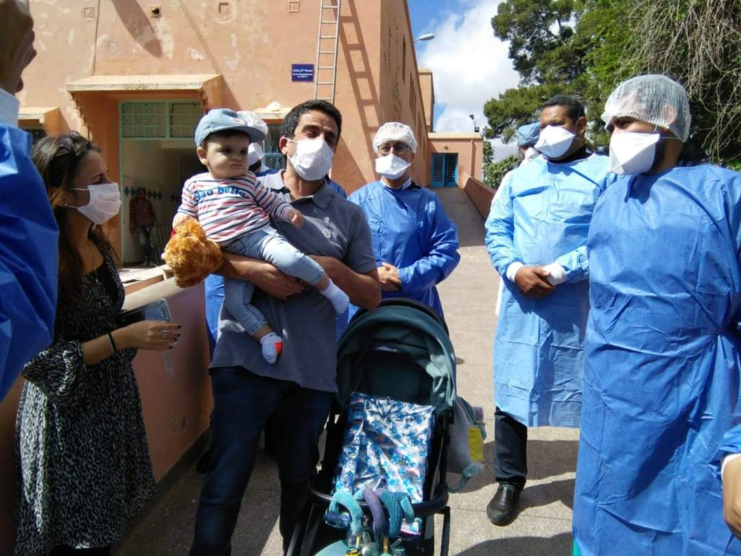 خبر سار وبالفيديو. أسرة فرنسية تتعافى من كورونا وتغادر مستشفى مراكش