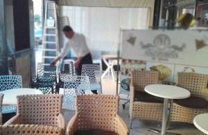 نوادل المقاهي والمطاعم.. معاناة تتفاقم مع فرض الحظر الليلي خلال رمضان