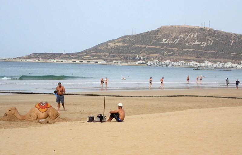 السلطات تعيد فتح شواطئ أكادير وتغلق المطاعم و'سوق الأحد' في مواعيد جديدة