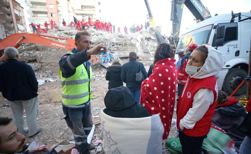 زلزال إزمير. ارتفاع الضحايا لـ58 قتيلاً و900 جريحاً.. والحكومة تعوض المتضررين بمنازل جديدة