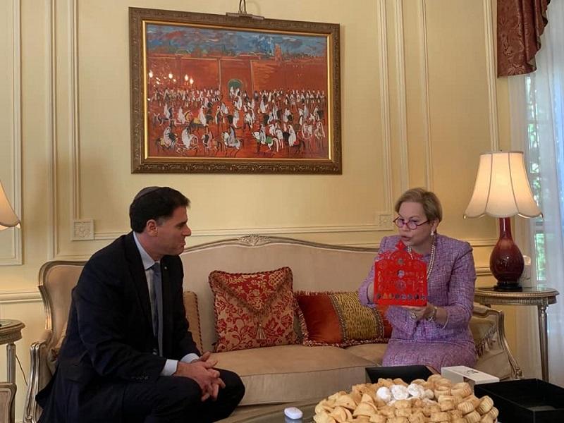"""الأول من نوعه.. سفيرة المغرب تستقبل نظيرها الاسرائيلي بأمريكا، ويهديها """"شانوكيا"""" يهودية"""