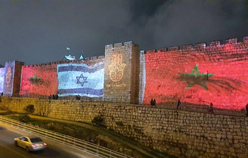 بلدية 'أورشليم' تضيء سور القدس بالخميسة والعلم الوطني فرحًا بعودة العلاقات